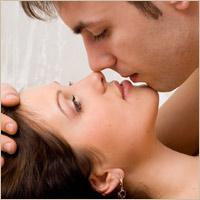 nainen itsetyydyttää nainen ja mies sängyssä